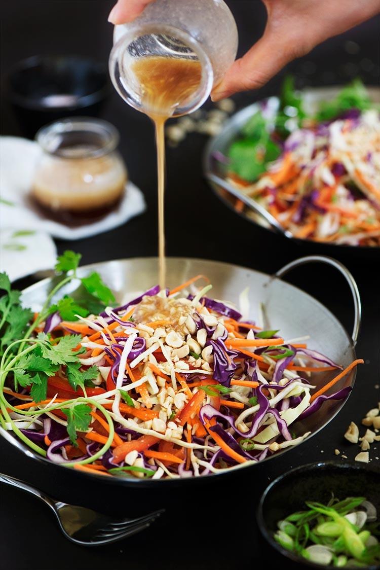 سالاد آسیایی نودل سبزیجات با سس بادام زمینی