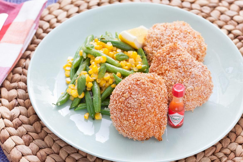 مرغ سرخ شده با تزیین سبزیجات لوبیا و ذرت