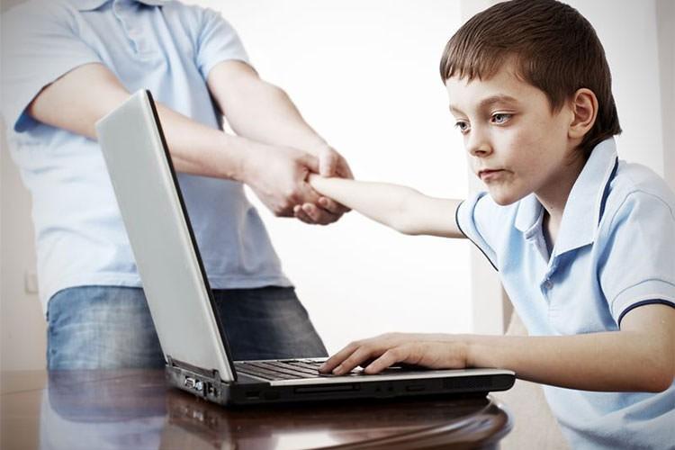 کودکانی که زمان زیادی را مقابل صفحه نمایش می گذرانند