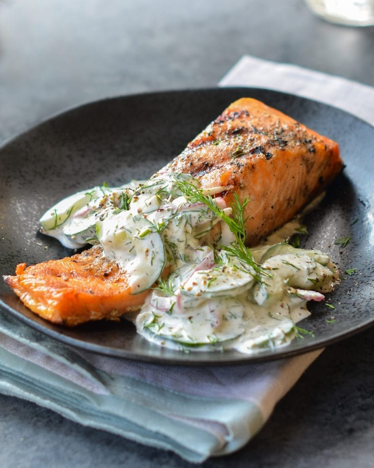 طرز تهیه ماهی سالمون کبابی با سالاد خیار-شوید خامه ای