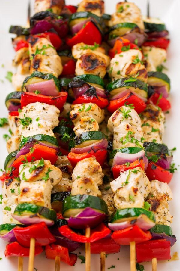 طرز تهیه کباب مرغ یونانی با سالسای انبه
