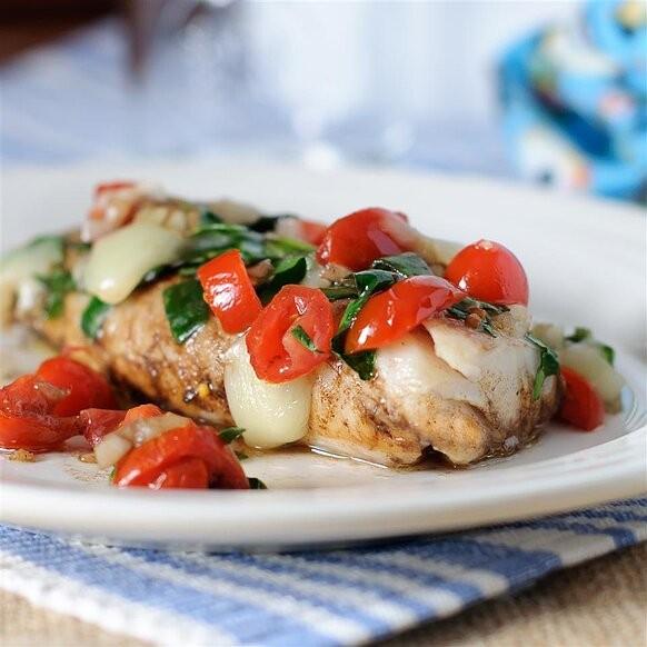 طرز تهیه ماهی کاد کبابی با اسفناج و گوجه فرنگی