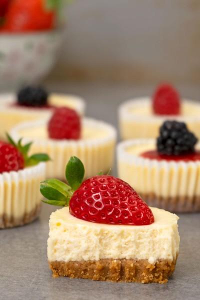 مینی چیز کیک لیمویی با توت فرنگی
