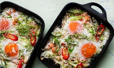 تخم مرغ با میگو و ریحان تایلندی