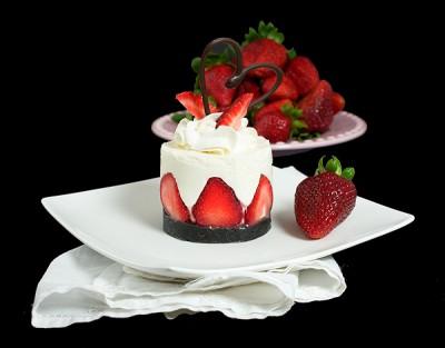 کیک با موس ماستی و توت فرنگی