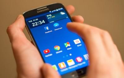آیا میدانید سرک کشیدن به تلفن همراه دیگران جرم است و مجازات هم دارد؟