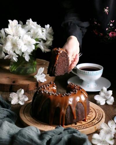 آموزش کیک کاکائویی با سس کارامل
