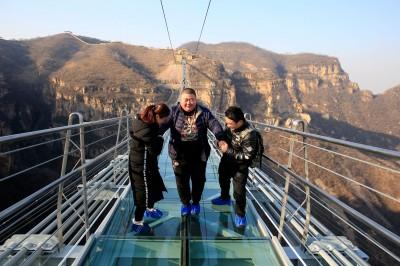 راه رفتن بر روی طولانیترین پل معلق شیشهای