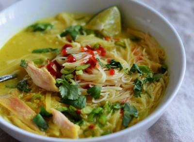 سوپ مرغ تایلندی با رشته فرنگی برنج