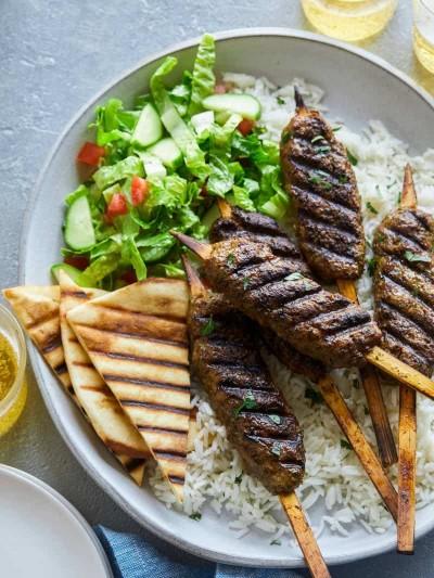 طرز تهیه کفتا کباب عربی با سالاد سبزیجات