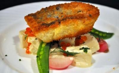 طرز تهیه ماهی سرخ شده با سالاد سبزیجات سیب زمینی