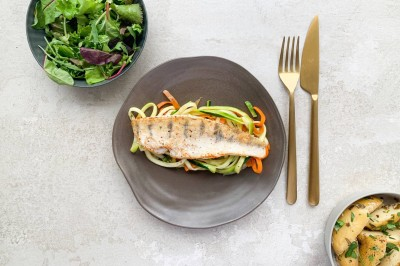 طرز تهیه فیله ماهی با سبزیجات رشته شده