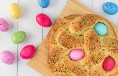 طرز تهیه نان مخصوص عید با تخم مرغ های رنگی