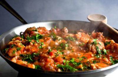 طرز تهیه خورشت مرغ یونانی با گل کلم و زیتون