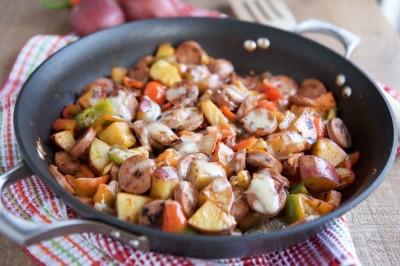 طرز تهیه سوسیس دودی و تابه سیب زمینی