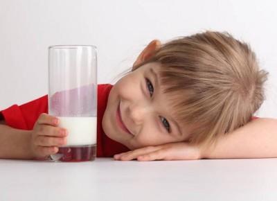 مصرف شیر بادام توسط کودکان