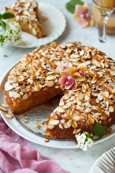 طرز تهیه کیک بادامی با سس کاراملی