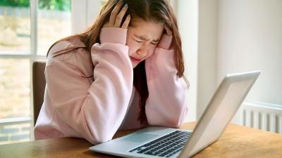 آزار و اذیت اینترنتی چه اثرات اجتماعی دارد؟