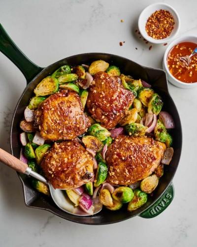 طرز تهیه مرغ با سس سیر عسلی و کلم بروکسل